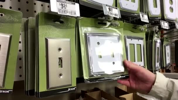 Frau atron stainless stell holzmontage im home depot store kaufen stockvideo payphoto 110451600 - Home depot port coquitlam ...