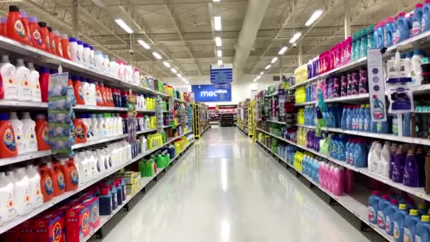 Blench a detergentů produktu koridor v supermarket