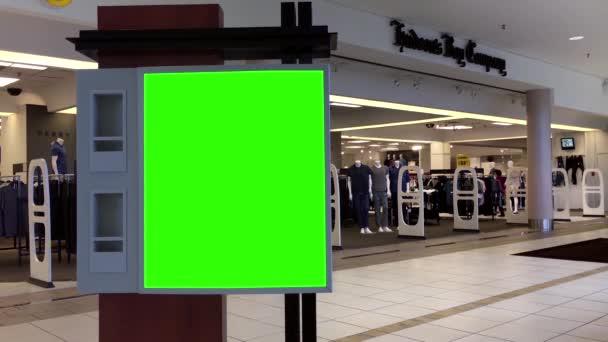 Zelený billboard pro vaši reklamu před The Bay obchod v centru města Lougheed mall