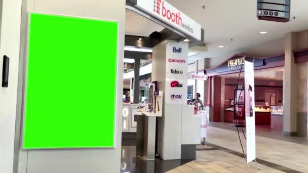 Zelený billboard pro vaši reklamu před mobil stánku v centru města Lougheed mall