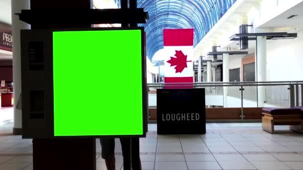 Zelený billboard pro vaši reklamu před vchodem Walmart v centru města Lougheed mall