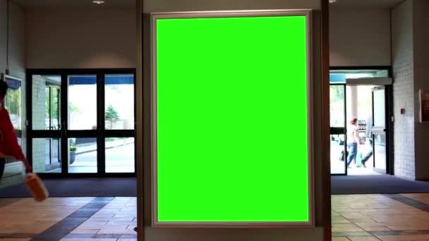 Zelený billboard pro vaši reklamu před vchodem v centru města Lougheed mall