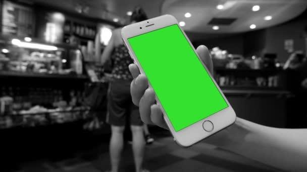 Mano Che Tiene Liphone Schermo Verde Allinterno Del Negozio