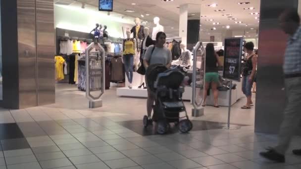 ukládat Shopper uvnitř nákupního centra coquitlam před h  m