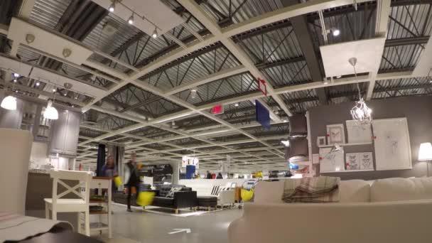zeitraffer von menschen ihre mobel innerhalb der ikea shop einkaufen stockvideo