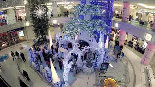 Bevásárlóközpont a karácsony a fény volt, egyik oldalán díszített épület teljes