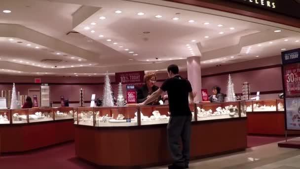 Lidé nákupní uvnitř lidé šperky klenotnictví