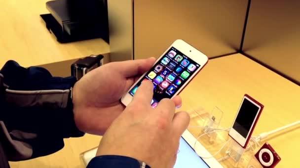 Lidé hrající nový iphone v Apple store