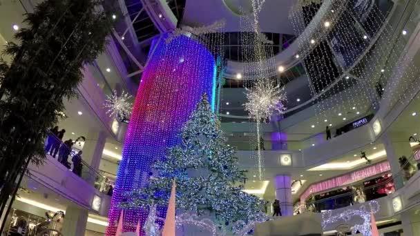 Bevásárlóközpont a karácsony a fény volt, egyik oldalán díszített épület teljes.