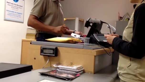 Žena vyzvednout balík na poště