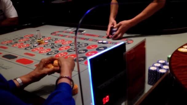 Lidé hraní rulety v kasinu s měkkým zaměřením