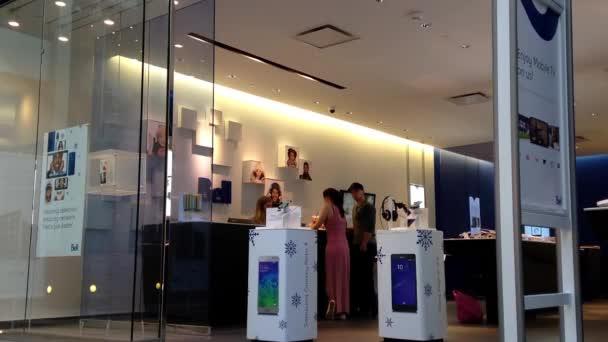Lidé žádají o plánu mobil uvnitř nákupního centra telus prodavač.