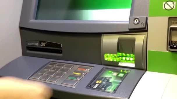 Részlet a női kéz a bank-kártya behelyezése a Td Bank ATM-en.