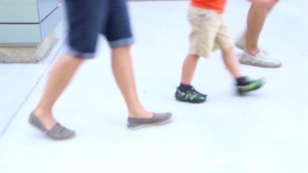 Zavřít lidi metrů chůze na chodníku