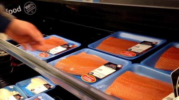 Muž výběru losos filet uvnitř Walmart ukládání na mořské oddělení