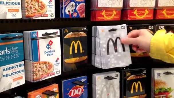 Muž výdeje dvacet dolarů dárkové karty mcdonald