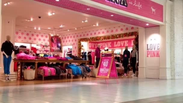 Shopper uvnitř nákupního centra metropole před růžový obchod