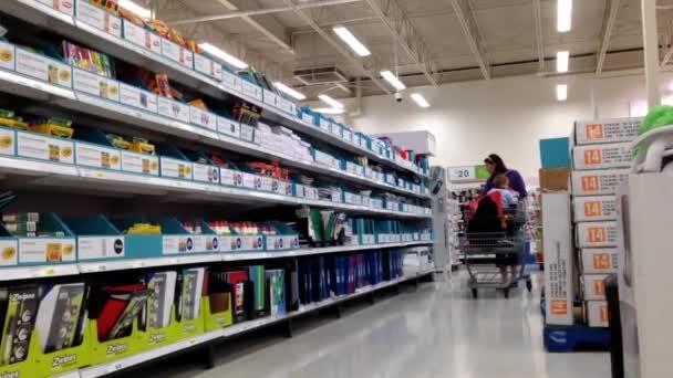 Žena, výběr šablony uvnitř supermarket v Coquitlam Bc Kanada.