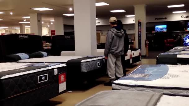 Cliente compra colchón dentro de la tienda Sears en Burnaby, Bc ...