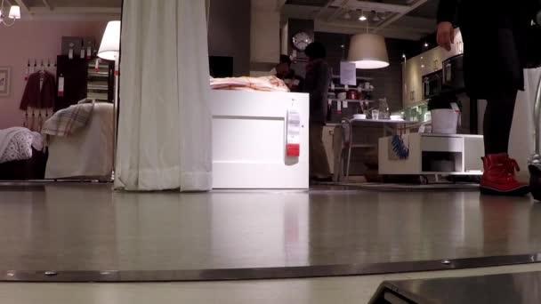 niedrigen winkel des menschen ihre mobel innerhalb der ikea shop einkaufen stockvideo