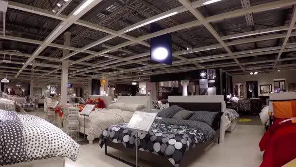 eine seite des menschen ihre mobel innerhalb der ikea shop einkaufen stockvideo