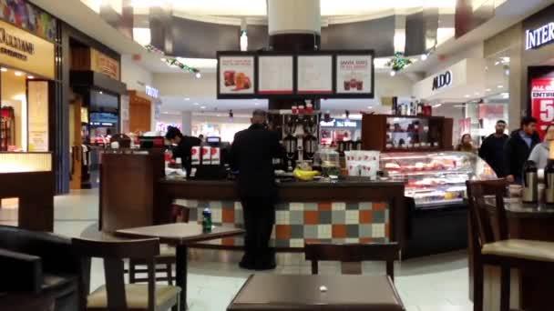 Soft középpontjában az emberek a kávézóban belül Burnaby bevásárlóközpont.