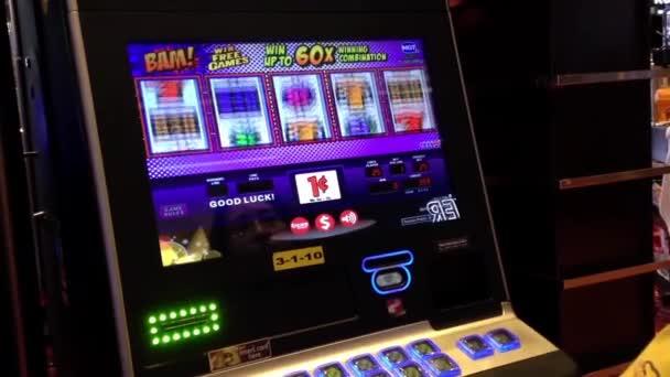 Detailní záběr lidí hraje automat uvnitř Hard Rock Casino