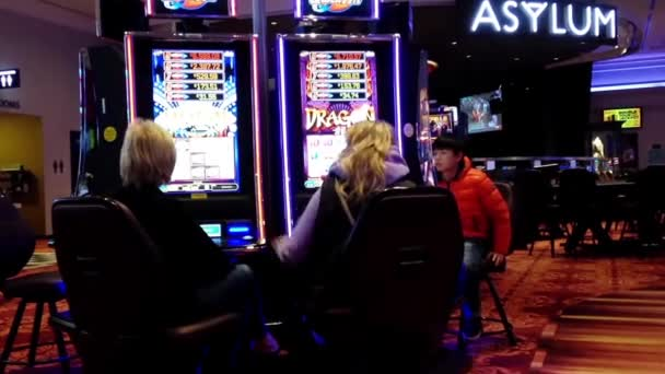 Zavřít lidi hrát automat v Hard Rock Casino v Coquitlam Bc Kanada