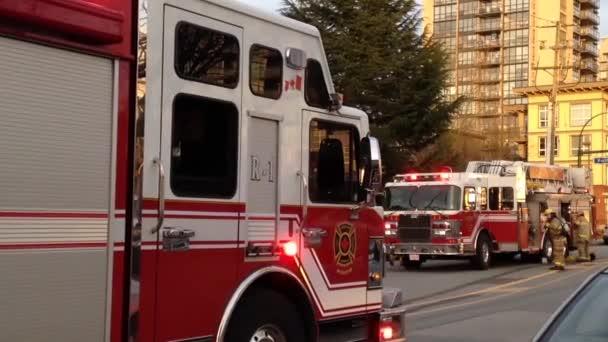 Hasičský vůz zastavil na silnici bojuje apartmánový komplex oheň