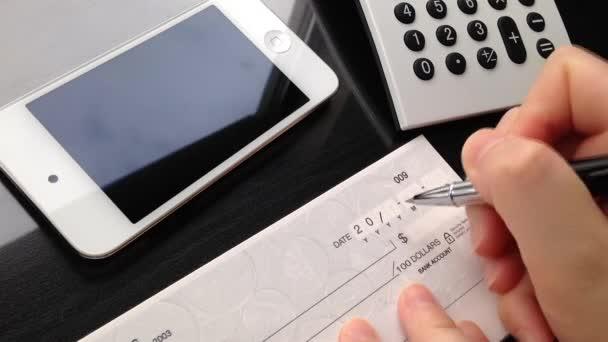 obchodní žena psaní šek v úřadu
