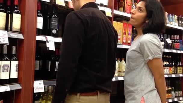 Vásárlók vörös bor belsejében Bc alkoholüzlet kiválasztása