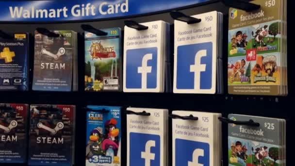 Žena výdeje deset dolarů facebook hry dárek karta uvnitř supermarketu