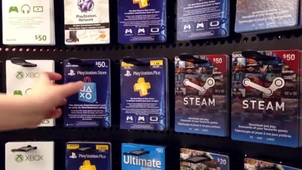 Playstation Karte.Frau Die Kommissionierung Der Playstation Plus Ein Jahr Mitgliedschaft Geschenk Karte Im Supermarkt