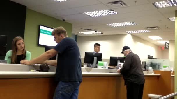 Mitarbeiter am Serviceschalter im Gespräch mit der Bankangestellten in der td bank.