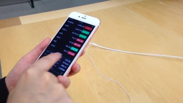 Žena hrající nový iphone 6s s akcií app v Apple store v první den začíná prodávat