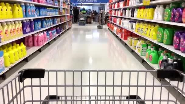 AST pohyb lidí, tlačí vozík uvnitř supermarket.