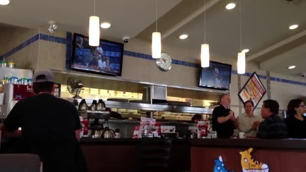 Egyik oldalon a Dennys étterem Coquitlam Bc Kanada