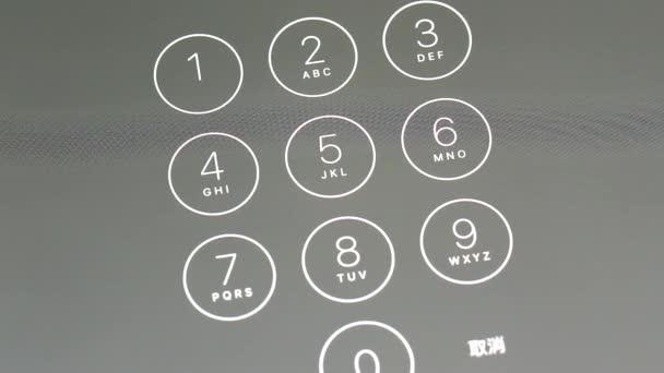 Zblízka žena zadání hesla na zařízení iphone 6s