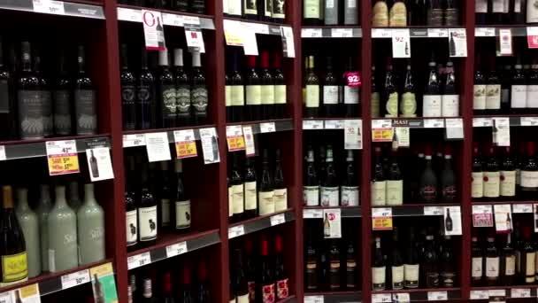 Pohyb zobrazí červené víno z poličky
