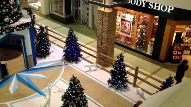 Jedna strana nákupní centrum s vánoční treewas vyzdobené budovy