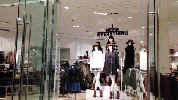Jedna strana lidí nakupování v Burnaby nákupní centrum