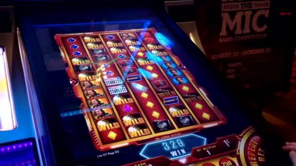 Zblízka žena hrací automat v Hard Rock Casino v Coquitlam Bc Kanada
