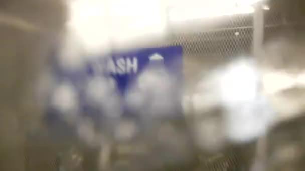 Lidé mytí auta na mytí podzemních prostor