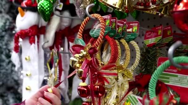 Zblízka žena nákupem vánoční ozdoby
