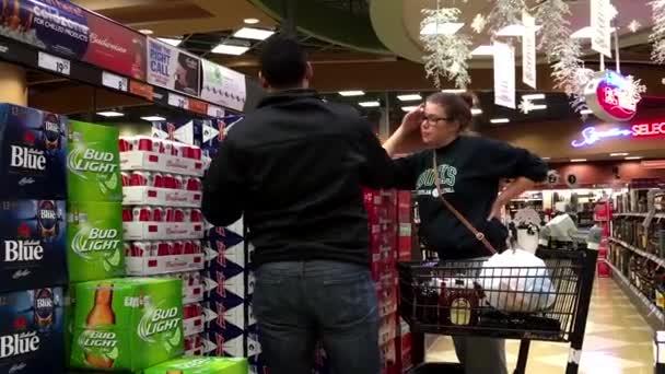 Pár vásárol Budweiser sör belül Bc liquor store