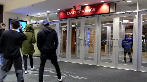 mall bejárat automata ajtó nyit mikor ügyfél megy keresztül