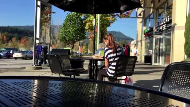 Lidé s nákupní košík Walking prostřednictvím the Doors na supermarket
