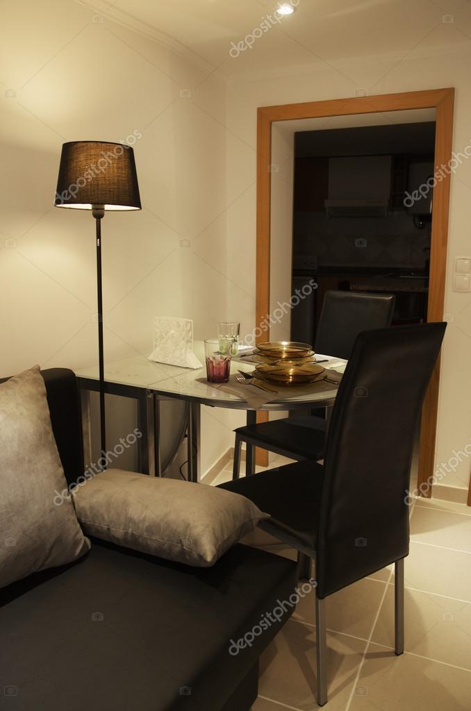 Pequeña mesa de comedor en sala de estar — Foto de stock ...