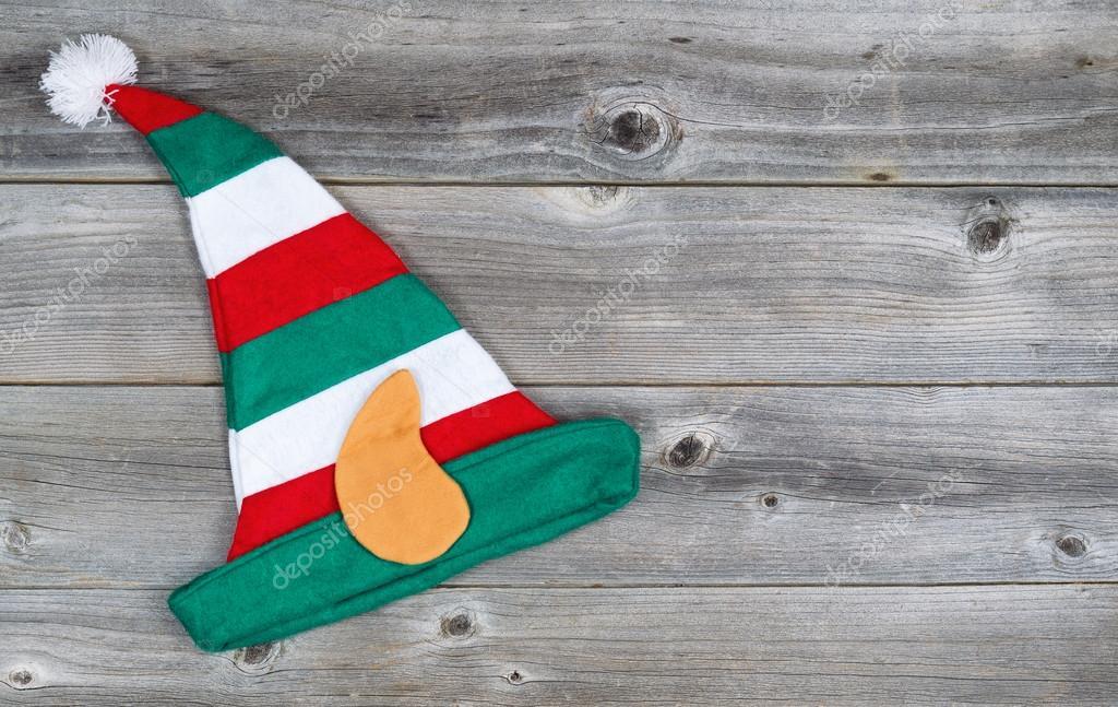Horizontální obrázek vánoční elf osazení čepici na rustikální dřevěné desky  — Fotografie od tab62 20867ca174