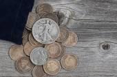 Pytel vzácné mince Spojených států na dřevo